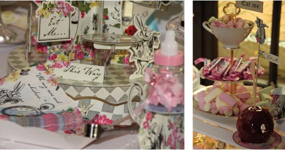 Mottogerechte kleine Schilder auf dem Sweet Table preisen die Süßigkeiten an und entführen die Gäste ins Wunderland