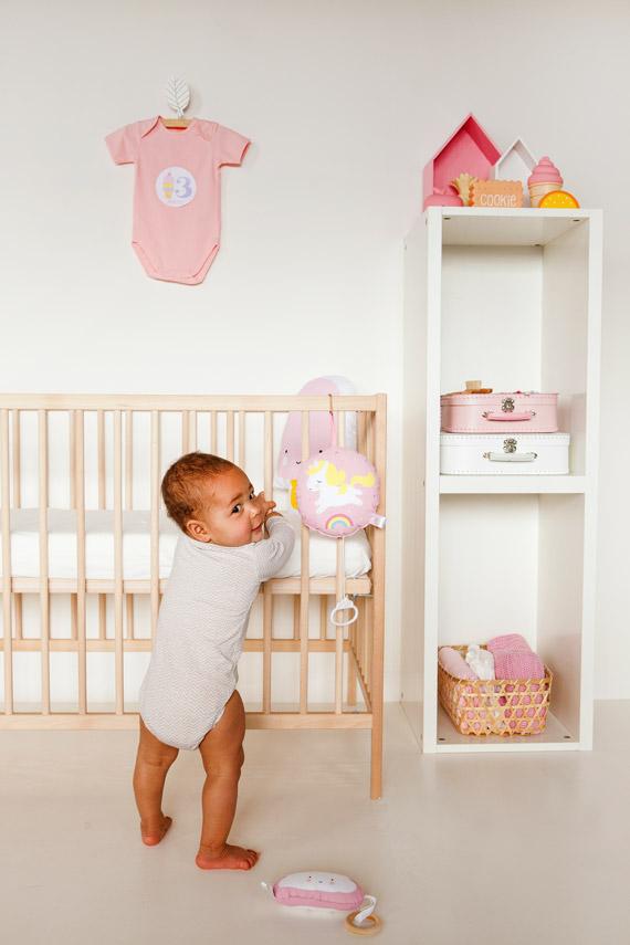 babyzimmer dekorieren beige koralle sessel mit hocker