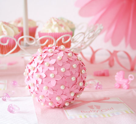 Babyparty deko zum selberbasteln diy blumenkugel baby belly party blog - Bastelideen zur taufe ...