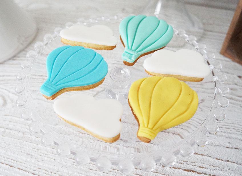 Kekse in Form von Wolken und Heißluftballon