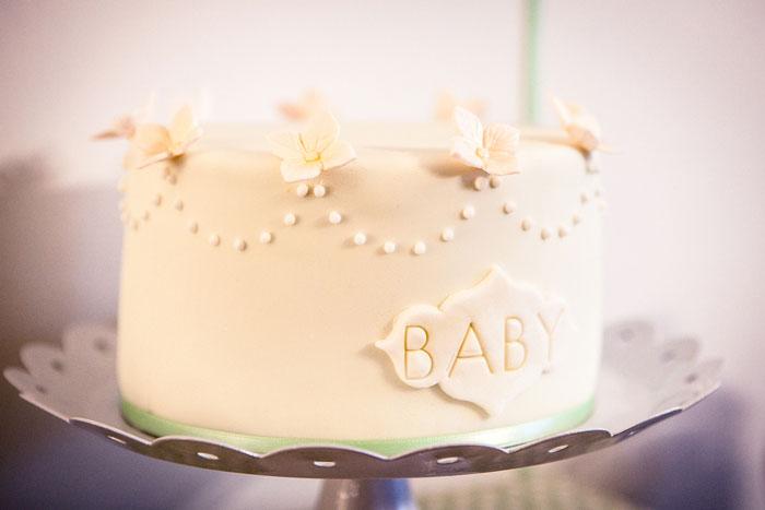 Eine weiße Babyparty-Torte von petitehomemade