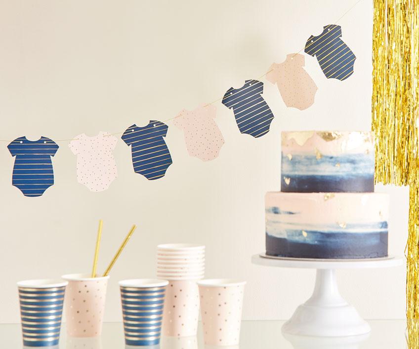 Süß auf der Babyshower - Babybody-Girlande in Rosa & Blau mit Goldakzenten