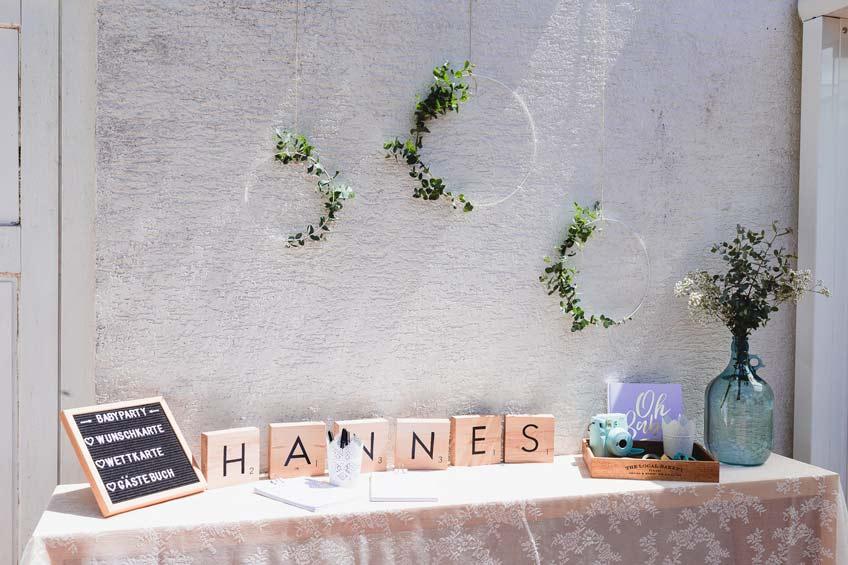 Letterboards machen sich besonders gut auf dem Babyparty-Kreativtisch © juliafashionblonde
