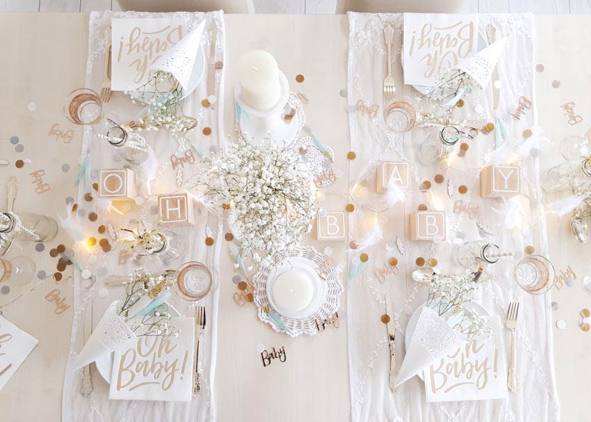 In dieser Babyparty-Tischdekoration trifft blumiger Boho-Stil auf elegantes Gold © lxoxndxoxn