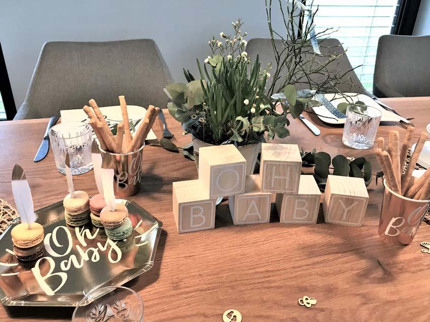Veredle die Greenery-Deko mit edlen Papptellern in Gold (c) frauvallera