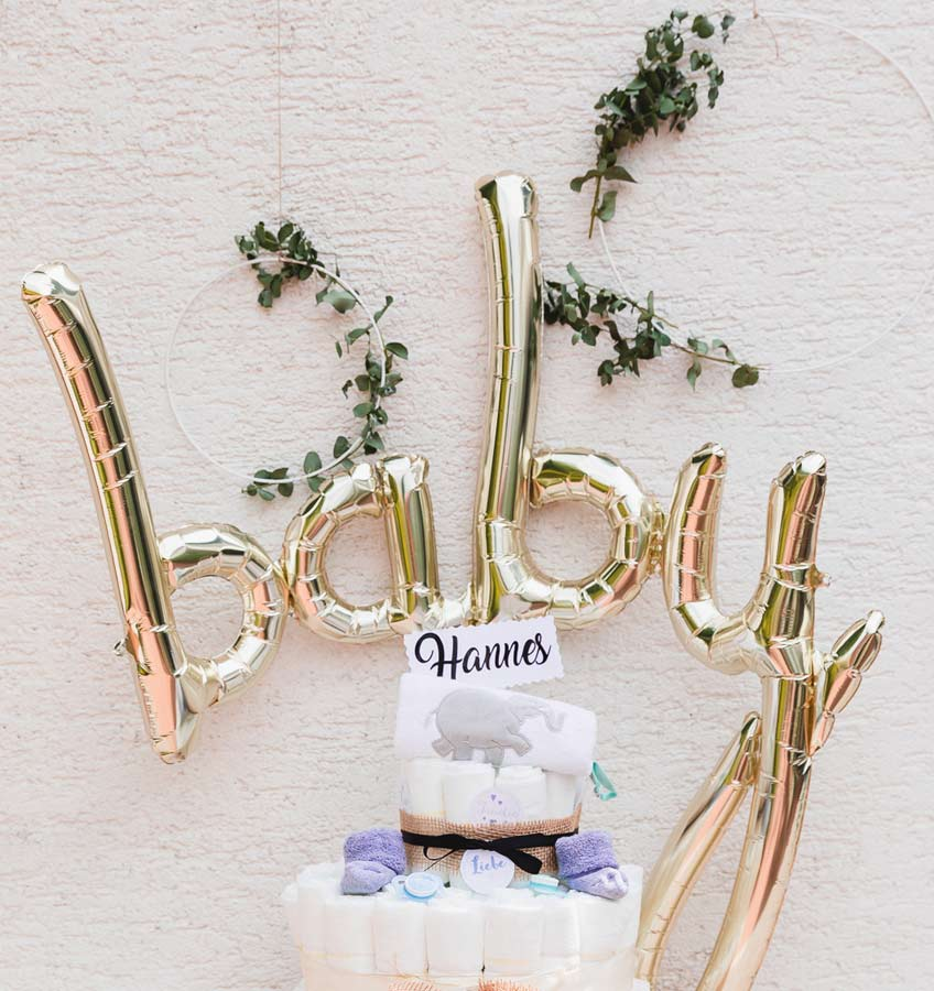 "Der stylische ""baby"" Script Ballon in metallic Gold ist der Eye Catcher über dem Geschenketisch zur Babyparty © juliafashionblonde"