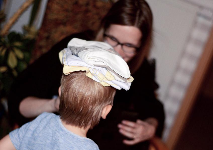 Gerade ältere Geschwisterchen dürfen beim Babyparty-Geschenke auspacken helfen