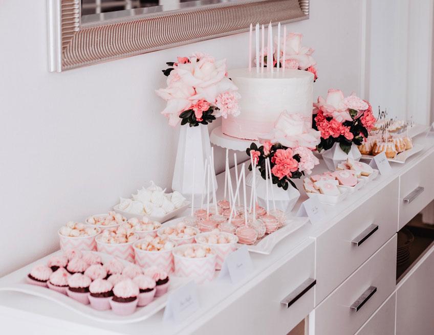 Sweet Table in Rosa und Weiß mit Ombre-Torte (c) Anna Fichtner Fotografie