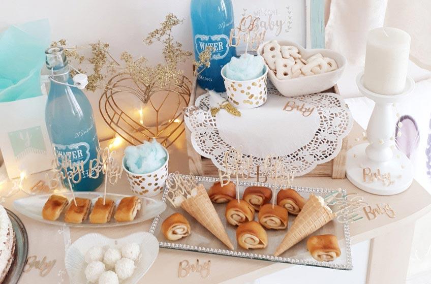 """Tortenspitzen und """"Baby"""" Streuteile in glänzendem Gold für deine Babyparty © lxoxndxoxn"""