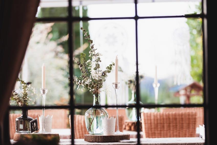 Blumige Babyparty-Deko: Gläserne Blumenvasen mit Eukylptus & Schleierkraut © juliafashionblonde