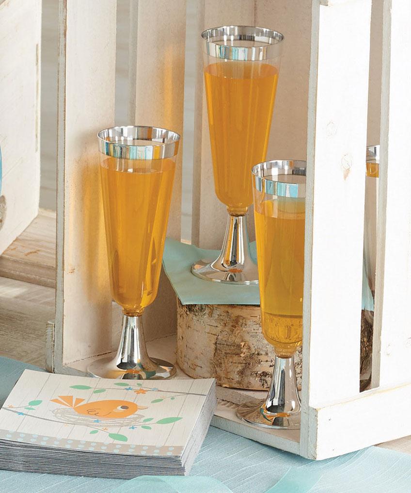 Gelbe Limonade oder klarer Apfelsaft eignet sich hervorragend für eure neutrale Babyparty und fügt sich wunderbar in eure farblich neutrale Deko ein.