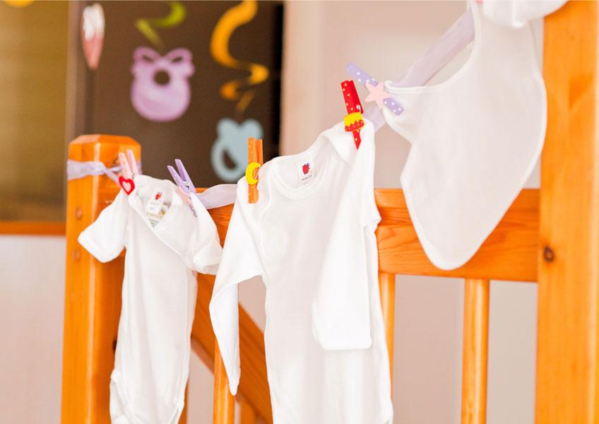 Lasse die Babybodys direkt auf der Baby Shower von deinen Gästen bemalen