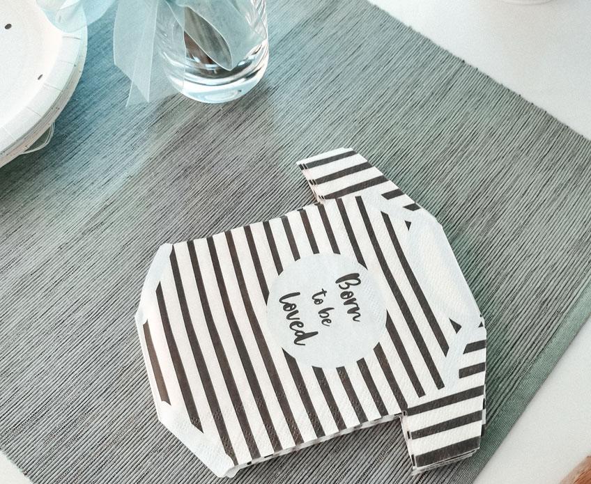 Süße Motivservietten mit liebevollem Aufdruck als effektvolle Welcome Babyparty-Tischdeko (c) Diana