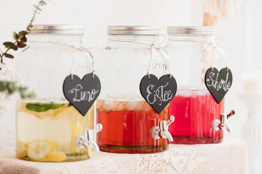 Babyparty-Drinks: Mit Kreidetafeln lassen sich die Getränkespender wunderbar beschriften © juliafashionblonde