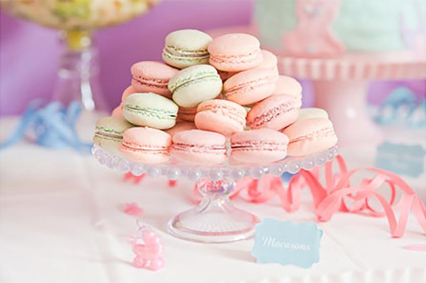 Macarons sind ein edler und häufiger Anblick auf dem Babyparty-Sweet-Table