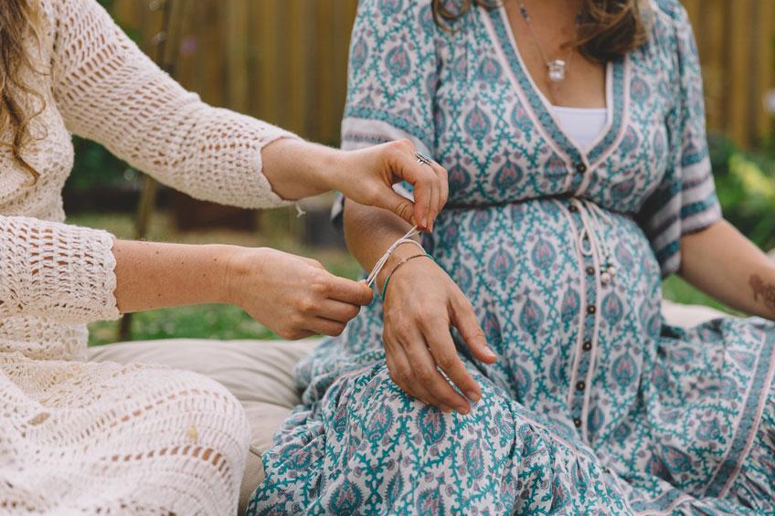 Das Armband-Ritual schweißt die Frauen zusammen (c) sistersandthesea.com