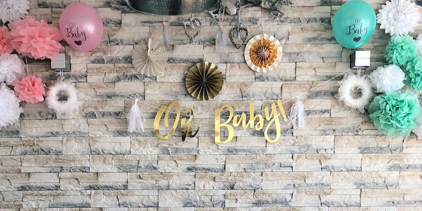 Papierfächer, Girlanden und mehr erhellen den Raum deiner Babyparty (c) c.loves.c