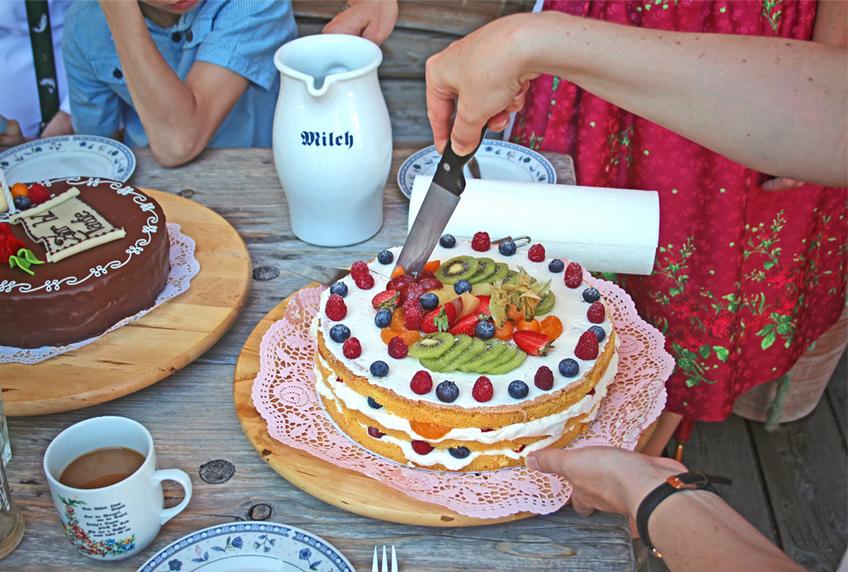 Eine herrlich bunte und leckere Torte für die Familienfeier