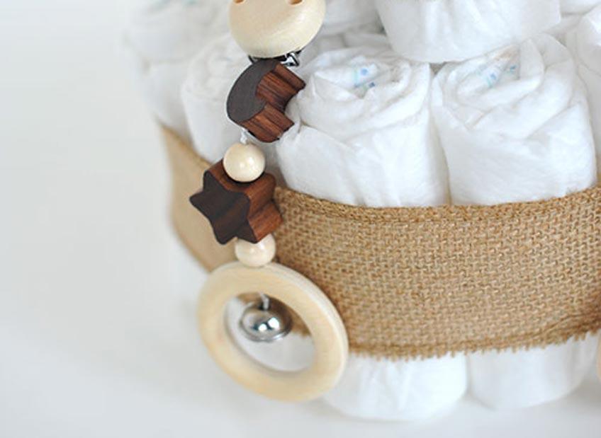 Du möchtest der Bald-Mama ein sinnvolles Geschenk fürs Baby machen? Ein Windeltorte im neutral-natürlichen Look ist immer eine passende Aufmerksamkeit!