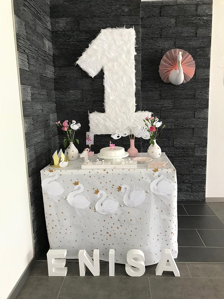 Schwantastisch! Viele kleine Schwäne machen den Geburtstagstisch zu einem ganz zauberhaften Anblick © eminecreative
