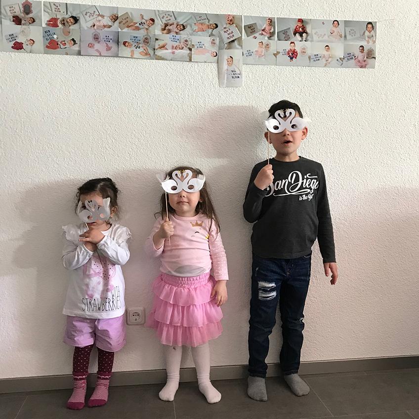 Die Schwanen-Familie ist auch dabei :) Schwanenmasken taugen nicht nur für die Fotokabine, sondern auch fürs handgemachte Erinnerungsfoto :) © eminecreative