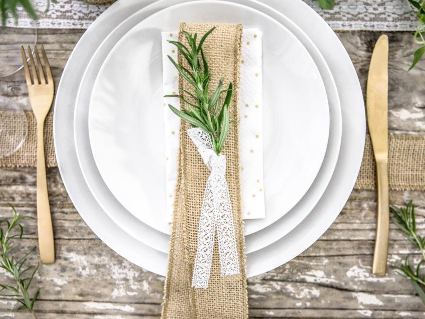 Grüne Taufdeko ist wunderschön kombiniert mit Gold und Weiß
