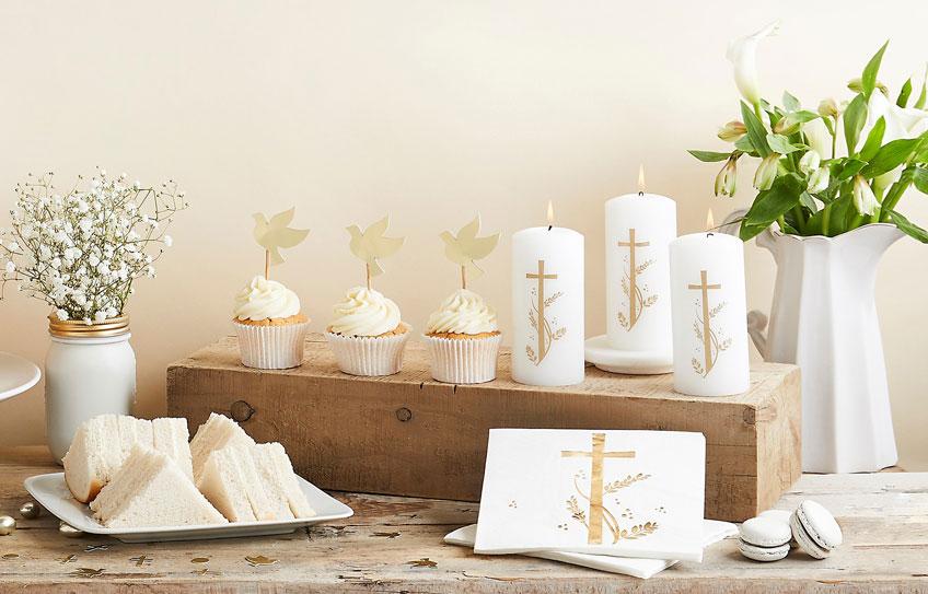 Goldene Taufmotive auf weißem Hintergrund - elegant und feierlich