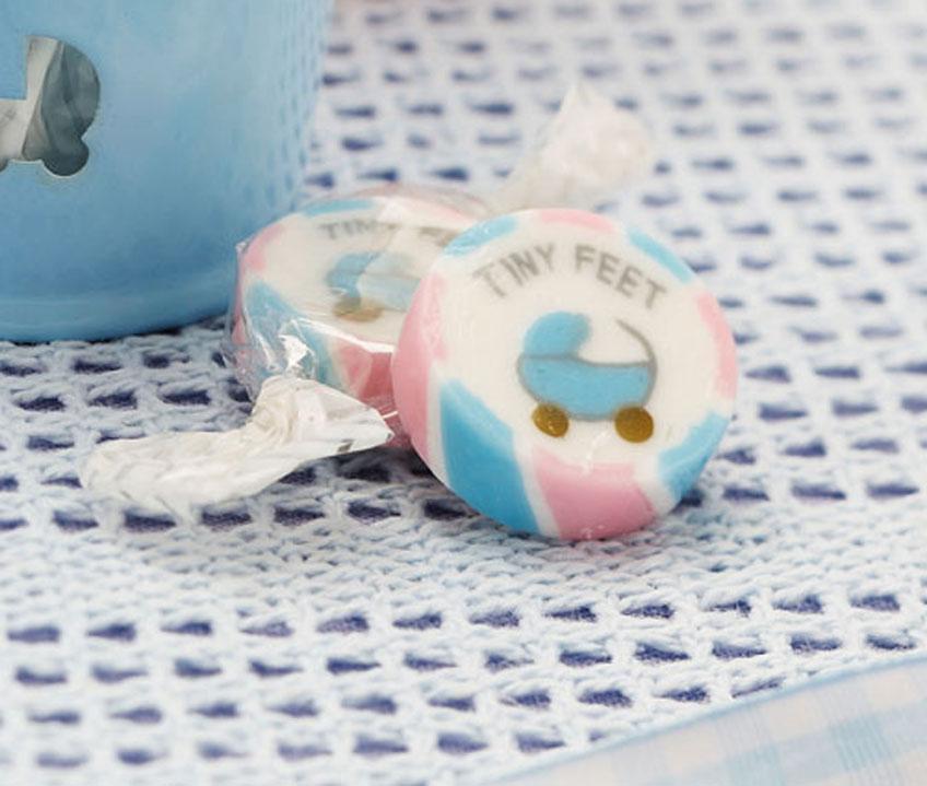 Bonbons in Pastell mit Kinderwagen-Motiv sind ein süßes Gastgeschenk zur Taufe