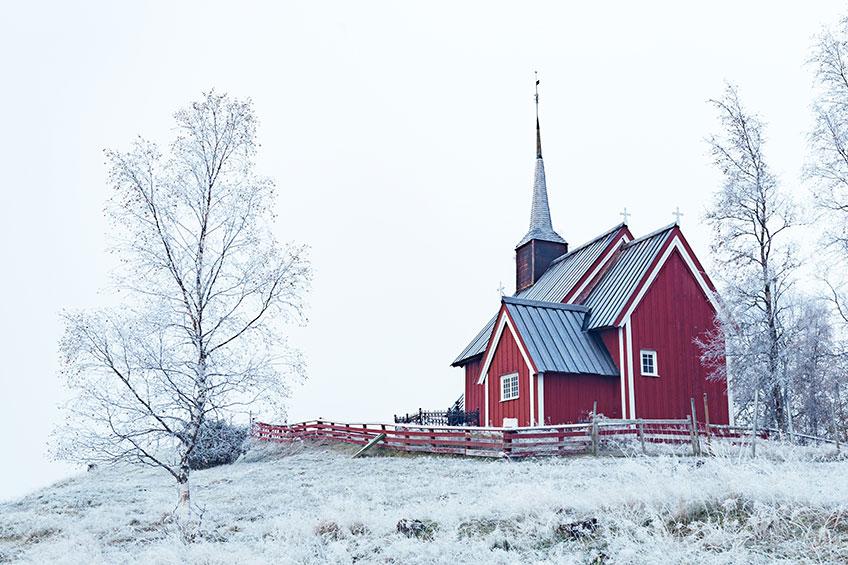 Winterliche Kirche - ein Foto von Isak Dalsfelt on unsplash