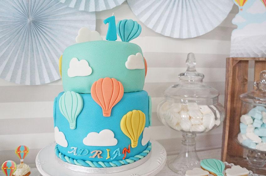ein sweet table mit heissluftballons fuer den  geburtstag