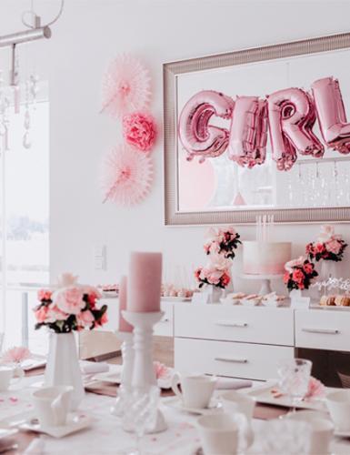 Raumdeko in Rosa und Weiß für eine Mädchen-Babyparty