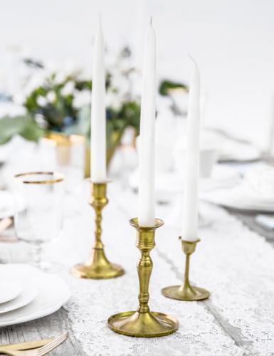 Dinnerkerzen und schöne Kerzenhalter bringen Eleganz in die Tischdeko zur Taufe