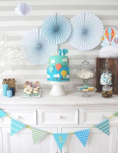 Der Sweet Table in Hellblau verleiht dem ersten Geburtstag eine traumhafte Leichtigkeit.