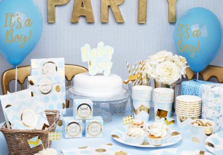 Babyparty-Idee für einen kleinen Jungen - Die Trendfarben Hellblau und Gold harmonieren wundervoll