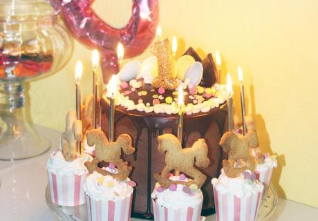 Pferdchen-Kekse auf Cupcakes gesetzt und schon ist der Geburtstagskuchen wie ein Karussell verziert