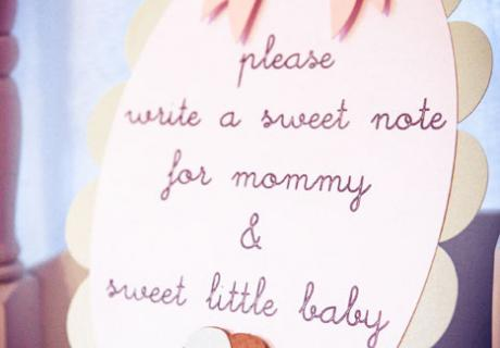 Auf der Babyshower schreiben die Gäste liebe Worte als Erinnerung an die Babyparty für das Baby