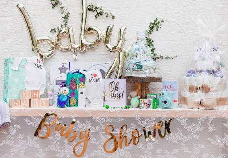 Hübsch hergemacht - der Geschenketisch auf der Babyparty darf auch schön aussehen (c) fashionblonde
