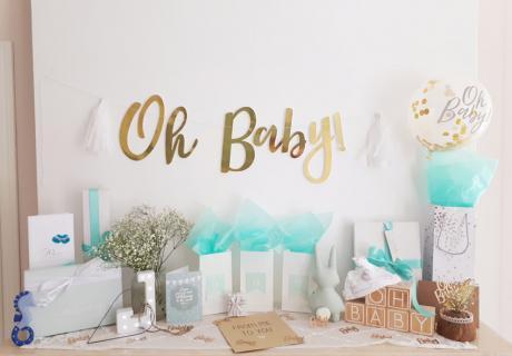 Auf diesem schön dekorierten Tisch können die Gäste ihre Babyparty-Geschenke ablegen © lxoxndxoxn