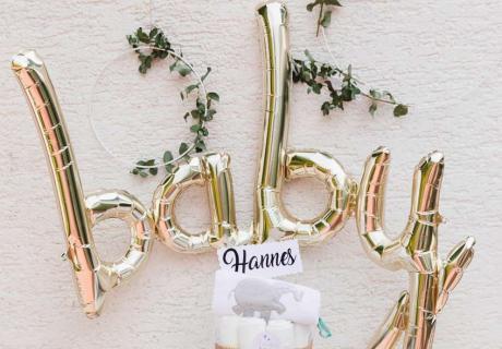 """Der stylische """"baby"""" Script Ballon in metallic Gold ist der Eye Catcher über dem Geschenketisch zur Babyparty © juliafashionblonde"""