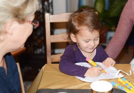 Lätzchen Bemalen ist ein schönes Babyparty-Spiel für Kinder und Erwachsene