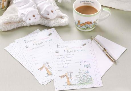 Schreib Einladungskarten mit Bilderbuch-Motiven für deine Babyparty