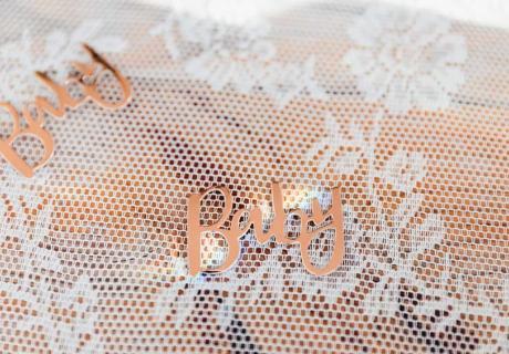 """Die """"Baby"""" Streuteile bringen glänzende Details in deine Babyparty-Tischdekoration © juliafashionblonde"""