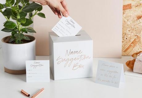 Lass deine Gäste zum Spiel auf der Babyparty Kärtchen mit Namensvorschlägen in die Box werfen