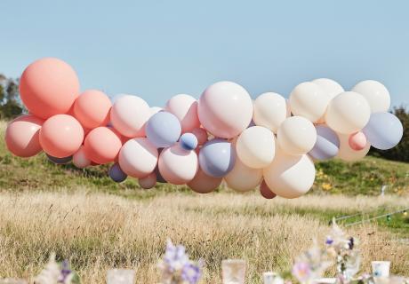 Ballongirlanden sind auch ohne Extra-Deko wunderschön und für draußen geeignet