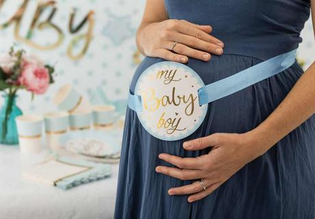 Eine Babybauchbinde kürt die Hauptperson des Tages - die Bald-Mama