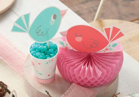 Süße Besucher auf der Mädchen-Babyparty: Vögelchen als frühlingshafte Tischdeko