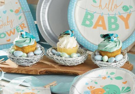 Setzt kleine Vogel-Figuren auf eure Cupcake-Sahnehäubchen und schon gibt die leckere Créme ein niedliches Nest her, passend zum Vögelchen-Motto.