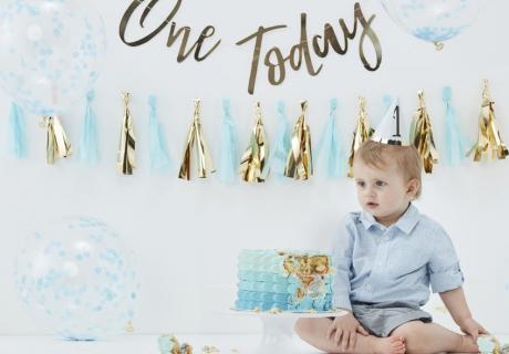 Geburtstagsdeko in Blau und Gold und dazu eine farblich passende Buttercreme-Torte zum Jungen-Geburtstag