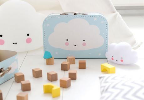 Nachtlicht und Kinderkoffer mit Wolke als Geschenke zur Babyparty