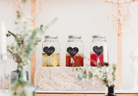 Große Einmachgläser sind tolle Getränkespender auf deiner Babyparty © juliafashionblonde